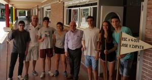 Alumnos y el Director de la escuelas con Jaime Correas