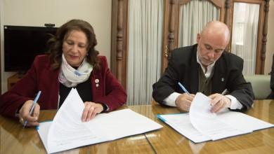 Firma de Convenio entre la DGE y la Facultad de Ciencias Económicas, Jaime Correas Director DGE, Esther Sanchez decana ciencias economicas Uncuyo