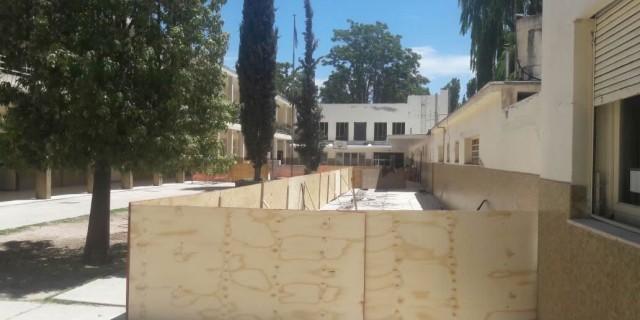 Infraestructura comenzará a reparar el patio y pluviales de la Escuela Paso