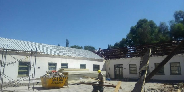 Infraestructura recambia el techo de la Escuela Neuquén