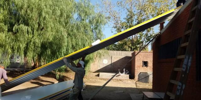 Infraestructura continúa con el recambio del techo de la Escuela Scalabrini Ortiz