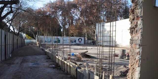 Avanza la construcción del muro perimetral en la Escuela Agustín Álvarez