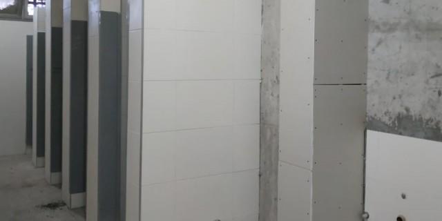 Los baños de la Escuela Estrada tienen el revestimiento casi listo
