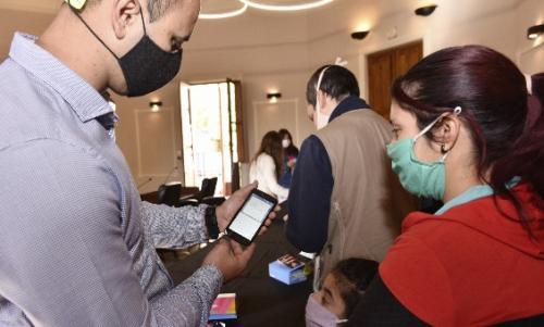 Esc. Da Vinci-Godoy Cruz_alumnos recibieron celulares_Campaña_01
