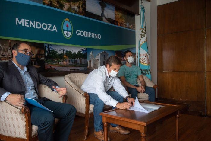 Suarez firmó un convenio con la institución Grooming Argentina_12